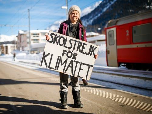 Greta Thunberg trägt ihre Botschaft ans Weltwirtschaftsforum in Davos. Die 16-jährige Schwedin will mit ihrem Schulstreik darauf aufmerksam machen, wie drängend die Probleme der Umwelt sind. (Bild: KEYSTONE/VALENTIN FLAURAUD)