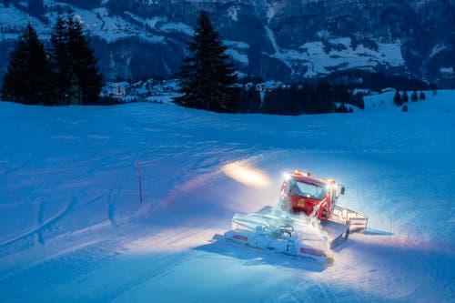Die Pisten im Flumserberg sind mit langen Stäben abgegrenzt. Diese dienen zur Orientierung der Ski- und der der Pistenfahrer. (Bild: Urs Bucher)