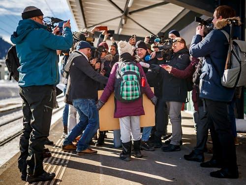 Auf die 16-jährige Schülerin Greta Thunberg warteten bei ihrer Ankunft in Davos zahlreiche Medien. (Bild: KEYSTONE/VALENTIN FLAURAUD)