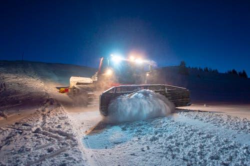 Mit dem rund fünf Meter breiten Räumschild wird der Schnee auf die Pisten geschoben. (Bild: Urs Bucher)