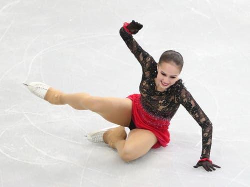 Ein ungewöhnliches Bild: Olympiasiegerin Alina Sagitowa am Boden (Bild: KEYSTONE/EPA/TATYANA ZENKOVICH)