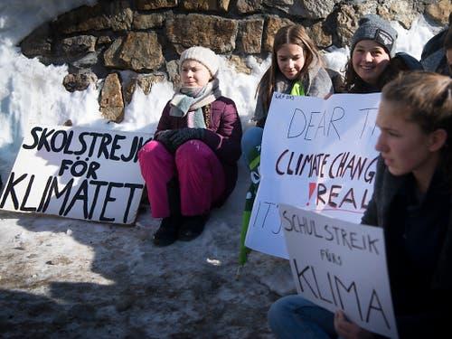 Nach ihrer Medienkonferenz setzte sich Greta Thunberg mit Schweizer Schülerinnen und Schülern oberhalb des Kongresszentrums zum «Schulstreik fürs Klima» an eine Kreuzung. (Bild: KEYSTONE/LAURENT GILLIERON)