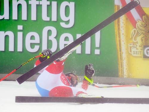 Beat Feuz legt sich im Zielraum in den Schnee - Er hat alles gegeben (Bild: KEYSTONE/EPA/CHRISTIAN BRUNA)