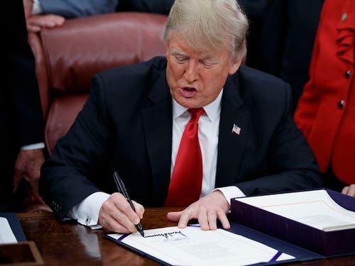 US-Präsident Donald Trump hat am Freitagabend das Budget-Gesetz unterzeichnet und beendete damit den längsten «Shutdown» in der Geschichte der USA. (Bild: KEYSTONE/EPA/SHAWN THEW)