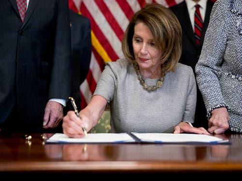 Auch die Demokratin Nancy Pelosi hat am Freitag der Zwischenfinanzierung im US-Budget zugestimmt. (Bild: KEYSTONE/AP/ANDREW HARNIK)