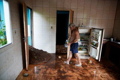 Darcy Brum betrachtet die Schäden im Haus seines Vaters in Brumadinho. (Bild: AP Photo/Leo Correa)