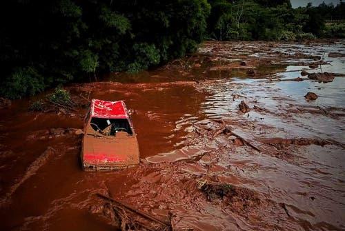 Ein mitgerissenes Auto in Brumadinho. (Bild: EPA/Yuri Edmundo)