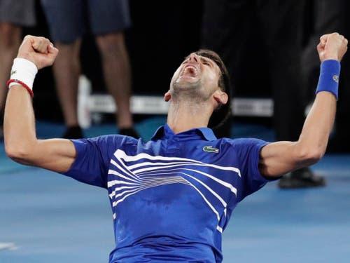 Der Moment des Triumphs: Novak Djokovic feiert am Australian Open in Melbourne seinen 15. Grand-Slam-Titel (Bild: KEYSTONE/AP/AARON FAVILA)