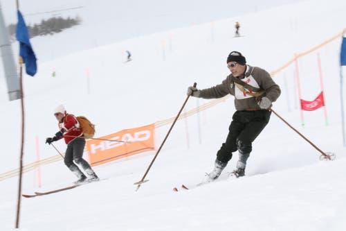 Lederschuhe zum Schnüren und Holzbretter ohne Stahlkanten – für geübte Skilehrer wie Gerhard (rechts) und Werner Danioth kein Grund für Stemmbogen. (Bild: Remo Infanger (Andermatt, 26. Januar 2019))