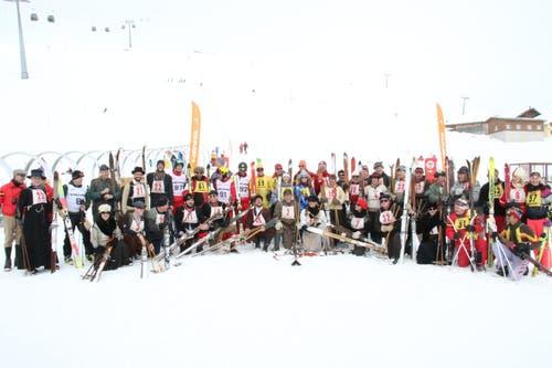 Eine bunte Schar ehemaliger und aktiver Skilehrer hat sich zum Nostalgie-Rennen getroffen. (Bild: Remo Infanger (Andermatt, 26. Januar 2019))