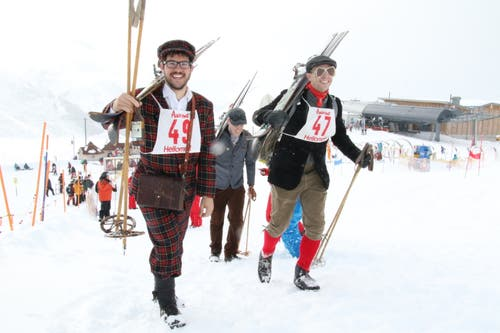 Die Teilnehmer des Nostalgie-Rennens liessen sich modisch so einiges einfallen, im Bild Sandro Muscas (vorne, links) und Roland Wild (vorne, rechts) aus Sedrun. (Bild: Remo Infanger (Andermatt, 26. Januar 2019))