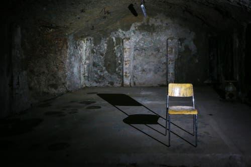Büromöbel: Ein einsamer Stuhl wartet in einer der Seitennischen des Berneggstollens auf neue Benutzerinnen oder Benutzer. (Bild: Raphael Rohner)