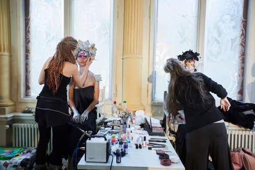 Die extravagant geschminkten Gesichter bedurften eines grossen Aufwands. (Bild: Jakob Ineichen, Luzern, 27. Januar 2019)