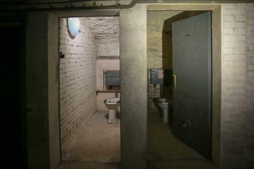 Bombensicher: Hinter Stahltüren stehen in der Eingangspartie des alten Luftschutz-Kommandopostens immer noch die Toilettenschüsseln. (Bild: Raphael Rohner)