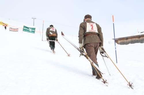 Wie anno dazumal geht es für Piero Vezani aus Andermatt (rechts) und Gerhard Danioth aus Andermatt nicht mit Lift, sondern zu Fuss zum Startpunkt des Skirennens. (Bild: Remo Infanger (Andermatt, 26. Januar 2019))