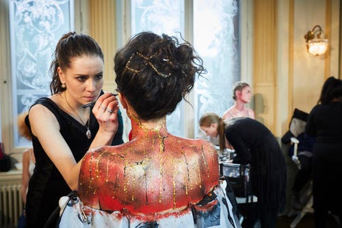 Geschminkt wurde nicht nur das Gesicht, der ganze Körper wurde zum Objekt. (Bild: Jakob Ineichen, Luzern, 27. Januar 2019)