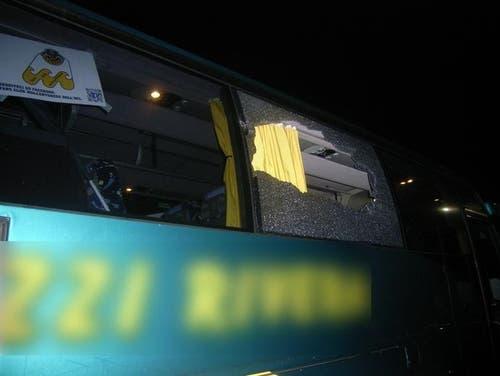Gotthard Raststätte - 26. Januar 2019Ein Stein eines ZSC-Fans beschädigte am Samstagabend eine Seitenscheibe des Reisecars der Lugano-Fans. Eine Person wurde verletzt. (Bild: Kantonspolizei Uri, Erstfeld, 26. Januar 2019)