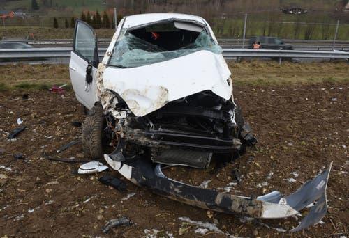 Dagmersellen - 26. Januar 2019Auf der Autobahn A2 in Dagmersellen ereignete sich ein Verkehrsunfall zwischen einem Lieferwagen und einem Auto. Der Personenwagen fuhr nach dem Unfall die Böschung hoch, überschlug sich und kam auf einem Acker zum Stillstand. Die Lenkerin verletzte sich dabei und wurde durch die Rega ins Spital geflogen.