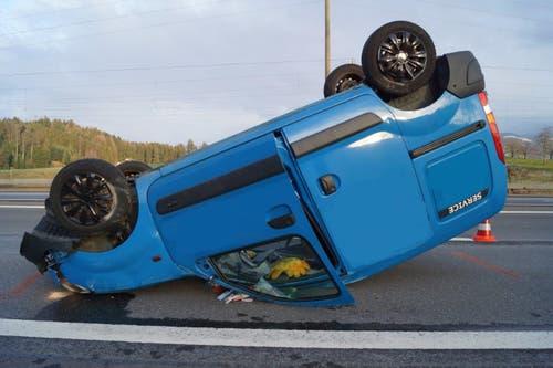 Risch – 26. Januar Am Samstagnachmittag kollidierte auf der Autobahn A4 in Risch ein Auto mit der Leitplanke, überschlug sich und landete auf dem Dach. Die Lenkerin wurde dabei leicht verletzt. Am Auto sowie an der Leiteinrichtung entstand Sachschaden von mehreren Tausend Franken. (Zuger Polizei (Risch, 26. Januar 2019))