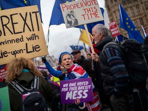 Für und wider den Brexit: In den Strassen vor dem Parlamentsgebäude wird demonstriert. (Bild: KEYSTONE/EPA/WILL OLIVER)