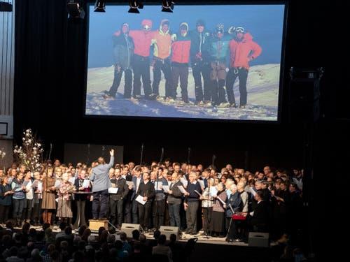Der Allianz-Chor Adelboden sang «auf Adlers Flügeln bis hinein in die Ewigkeit». (Bild: KEYSTONE/PETER SCHNEIDER)