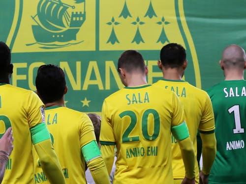 Auch auf den speziellen Matchtrikots des FC Nantes war der Name des verschollene Fussballers omnipräsent (Bild: KEYSTONE/EPA/EDWARD BOONE)