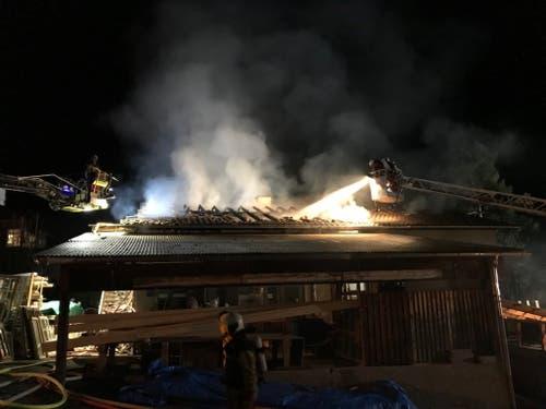 Beim Brand in dem Holzbaubetrieb entstand ein Sachschaden von mehreren hunderttausend Franken. (Bild: Kantonspolizei Zürich/Twitter)