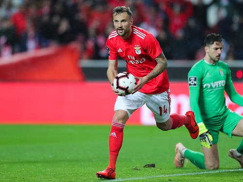 Haris Seferovic bejubelt einen seiner beiden Treffer für Benfica Lissabon gegen Boavisto Porto (Bild: KEYSTONE/EPA LUSA/MIGUEL A. LOPES)