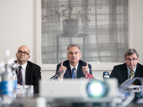 Der Luzerner Regierungsrat Guido Graf (Mitte) orientierte am Donnerstag über die Auswirkungen des Bundesgerichtsurteils zu den Prämienverbilligungen im Kanton Luzern. (Bild: KEYSTONE/URS FLUEELER)