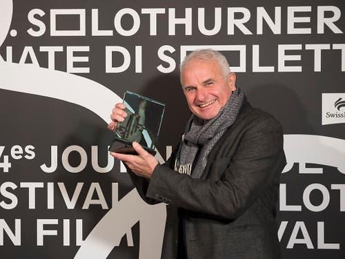 Martin Witz, Regisseur des Dokumentarfilms «Gateways to New York», posiert bei der Preisverleihung der 54. Solothurner Filmtage mit dem «Prix du Public». (Bild: KEYSTONE/ADRIEN PERRITAZ)