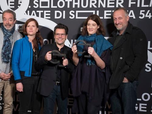 Das Team des Dokumentarfilms «Immer und ewig» von Fanny Bräuning, anlässlich der offiziellen Preisverleihung bei den 54. Solothurner Filmtagen. (Bild: KEYSTONE/ADRIEN PERRITAZ)