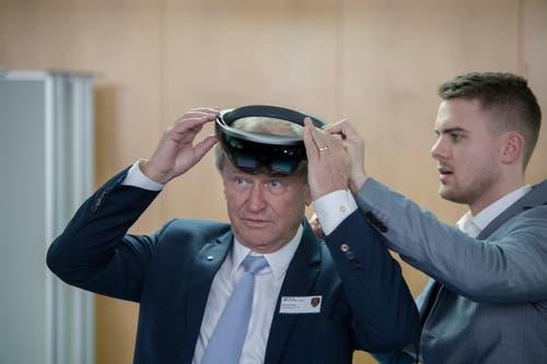 Der Luzerner Sicherheitsdirektor Paul Winiker testet eine Virtual-Reality-Brille, die künftig genutzt werden soll, um Militärübungen durchzuführen.