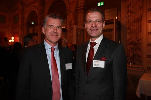 IHZ-Vorstandsmitglied Mark Bachmann (4B AG) mit dem Luzerner Bildungsdirektor Reto Wyss. (Bild: PD)