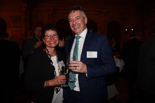 Die Obwaldner Regierungsrätin Maya Büchi-Kaiser zusammen mit dem Nidwaldner Ständerat und Alt-IHZ-Präsidenten Hans Wicki. (Bild: PD)