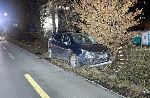 Luzern - 3. JanuarNach einem Sekundenschlaf ist ein Autofahrer am Donnerstagabend in Luzern mit einem Drahtzaun kollidiert. Beim Selbstunfall wurde laut der Polizei niemand verletzt. Am Auto und am Zaum entstand ein Sachschaden in der Höhe von rund 17'000 Franken. (Bild: Luzerner Polizei)