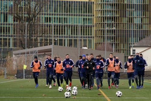 Angeführt von Assistenztrainer Thomas Binggeli nehmen die Spieler des FCL das Training wieder auf. (Bild: Andy Müller / Freshfocus (Luzern, 2. Januar 2019)