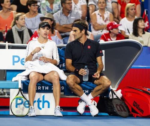 Bencic und Federer mit Gesprächsbedarf. (Bild: Tony McDonough/EPA (Perth, 5. Januar 2018))