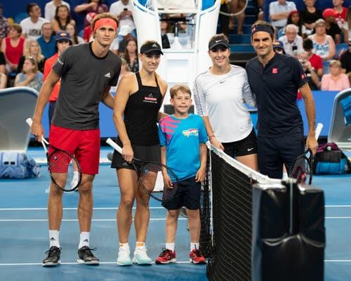 Ein Nachbarsduell in Down Under: Das deutsche Doppel-Duo Zverev (links) und Kerber unterliegt Bencic und Federer. (Bild: Jürgen Hasenkopf/freshfocus (Perth, 5. Januar 2019))
