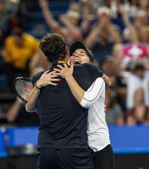 Belinda Bencic (rechts) und Roger Federer freuen sich. (Bild: Tony McDonough/EPA (Perth, 5. Januar 2019))