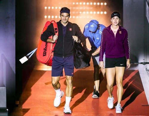 Kommen zielstrebig aus der Kabine: Bencic und Federer gewinnen den ersten Satz gleich mit 4:0. (Bild: Tony McDonough/EPA (Perth, 5. Januar 2019))