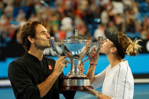 Roger Federer und Belinda Bencic küssen den Pokal. (Bild: AP Photo/Trevor Collens (Perth, 5. Januar 2019))