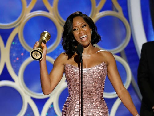Regina King mit ihrem Golden Globe für die beste Nebendarstellerin («If Beale Street Could Talk»). (Bild: Paul Drinkwater/AP (Los Angeles, 7. Januar 2018))
