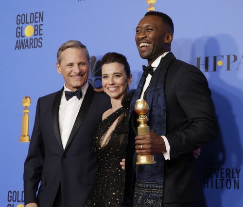 Viggo Mortensen, links, Linda Cardellini and Mahershala Ali posieren mit ihrem Golden Globe für den besten Film in der Sparte Musical oder Komödie «Green Book». (Bild: Mike Nelson/EPA (Los Angeles, 6. Januar 2018))