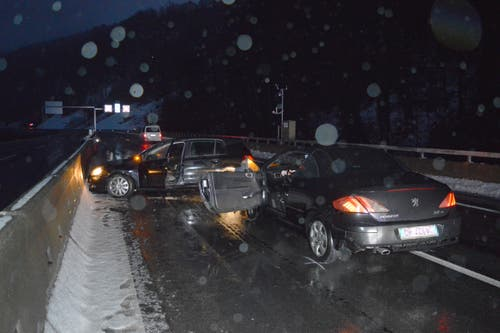 Beckenried - 4. JanuarInnert wenigen Stunden ist es am frühen Sonntagmorgen zwei Verkehrsunfällen mit drei Verletzten gekommen. Sie mussten mit dem Rettungsdienst ins Spital eingeliefert werden. (Bild: Kantonspolizei Nidwalden)