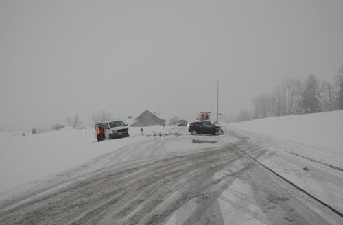 Lauerz - 5. JanuarIn Lauerz haben sich innert Stunden zwei massive Frontalkollisionen ereignet. In beiden Fällen waren Kleinbusse beteiligt. Vier Personen wurden verletzt. (Bild: Kantonspolizei Schwyz