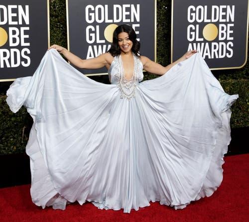 Gina Rodriguez zeigt ihr Kleid. (Bild: EPA/MIKE NELSON)