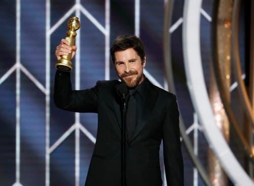 Christian Bale mit dem Golden Globe für den besten Schauspieler in einer Komödie/Musical («The Vice»). (Bild: Paul Drinkwater/AP (Los Angeles, 7. Januar 2018))