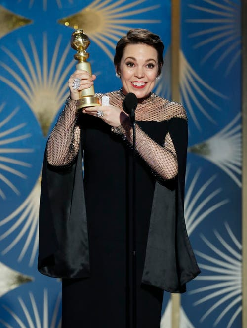 Olivia Colman freut sich über ihren Golden Globe für die beste Schauspielerin in einer Komödie/Musical («The Favourite – Intrigen und Irrsinn»). (Bild: Paul Drinkwater/AP (Los Angeles, 6. Januar 2018))