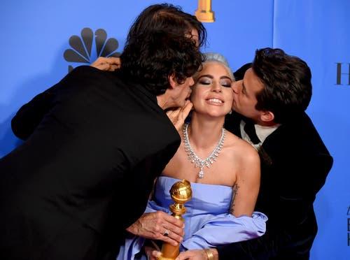 Der Golden Globe für den besten Filmsong («Shallow» aus dem Film «A Star is born») geht an (von links) Anthony Rossomando, Andrew Wyatt, Lady Gaga und Mark Ronson. (Bild: Jordan Strauss /AP (Los Angeles, 6. Januar 2018))