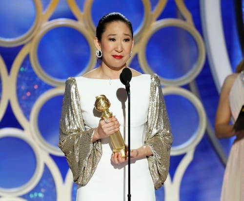 Sandra Oh mit dem Golden Globe für die beste Schauspielerin in einer TV-Serie, Drama («Killing Eve») . (Bild: Paul Drinkwater/AP (Los Angeles, 6. Januar 2018))